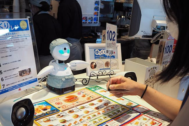 モスバーガー大崎店で実証実験として運用した分身ロボット。「ゆっくりレジ」として対話を楽しみながら注文できるようにした。期間は2020年7月27日から8月25日まで
