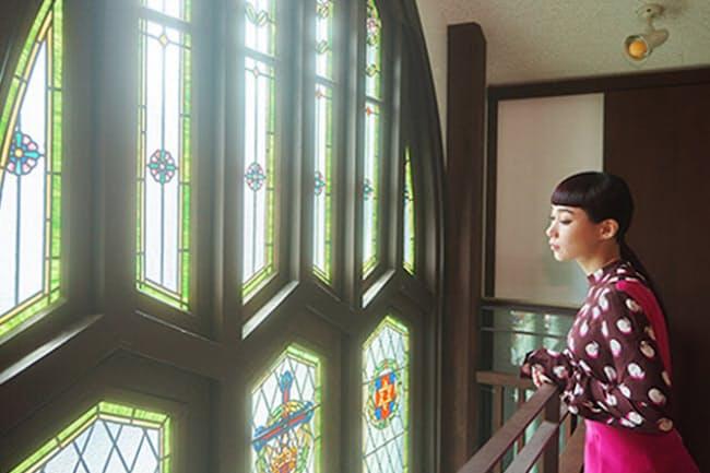 日本人初のステンドグラス作家、小川三知によるステンドグラスは、震災や戦争をへて現存する貴重なもの。穏やかな光が室内に注がれるさまを、動画でぜひチェックして。(NikkeiLUXEより)