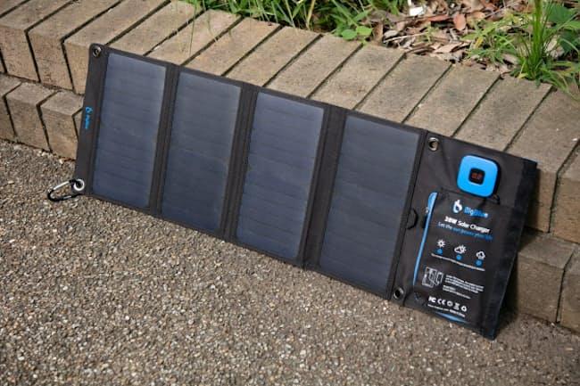 BigBlueブランドのソーラー式充電器「28W ソーラーチャージャー」の利用イメージ