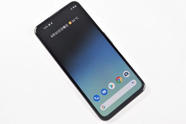「Pixel 4a」の前面。5.8インチディスプレーを搭載しており、最近のスマートフォンとしてはコンパクトな部類に入る