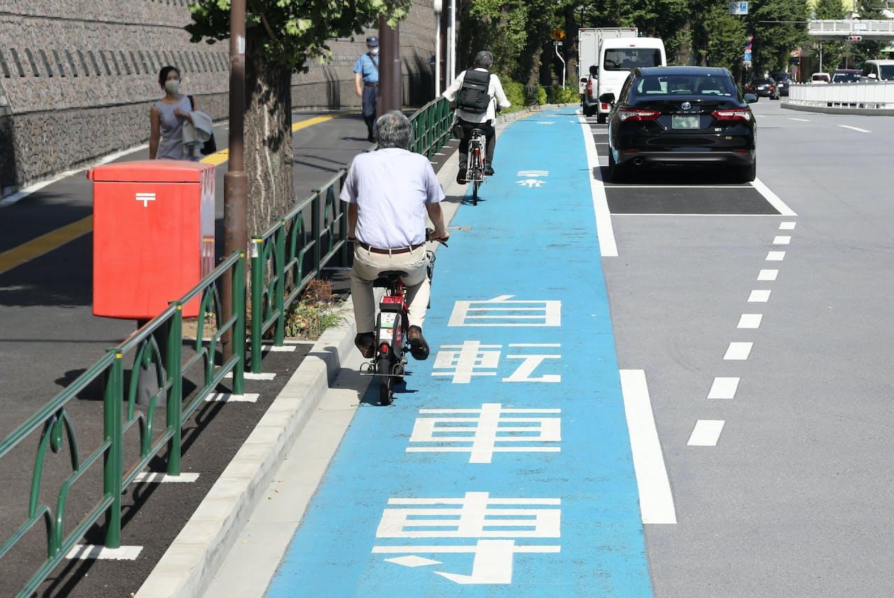駐車車両や走る車に邪魔されずに走ることができる自転車専用レーン=三浦秀行撮影