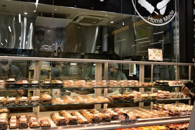 店内調理の総菜でオフィスワーカーのランチ需要を取り込み、充実した生鮮食品の品ぞろえで日常遣いに対応する