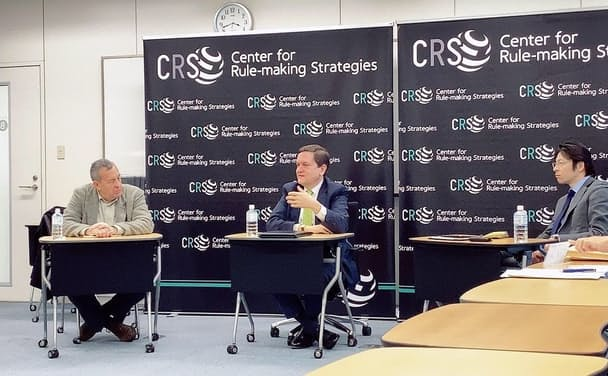 ESG投資にも経済安保の視点が必要に。国分俊史・多摩大大学院教授(右)と米シンクタンク「戦略国際問題研究所」(CSIS)のマシュー・グッドマン氏(中央)。