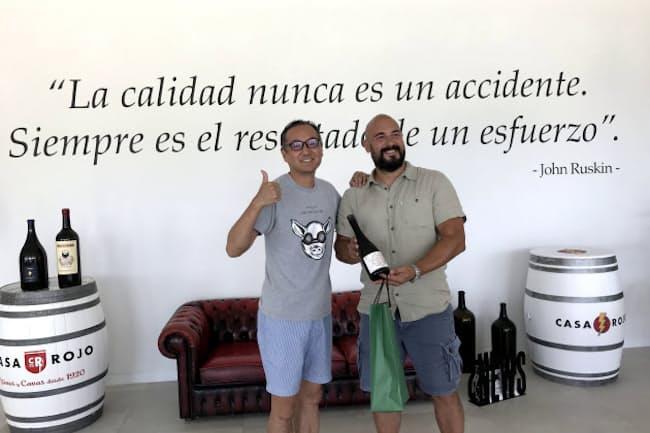スペインのワイン生産者と柴田屋酒店の三代目、柴泰宏氏(左)