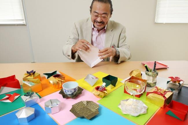 入れ物になる折り紙を紹介する小宮さん=三浦秀行撮影