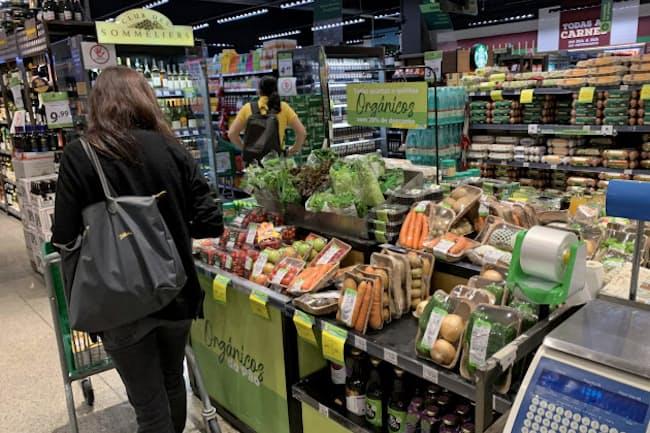 食料品価格の上昇が庶民の食卓を直撃している(サンパウロ市内のスーパー)