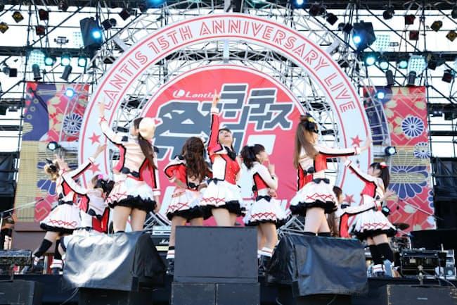 登場人物を演じる9人の声優が実際のライブでも歌って踊る(C)2013 プロジェクトラブライブ!
