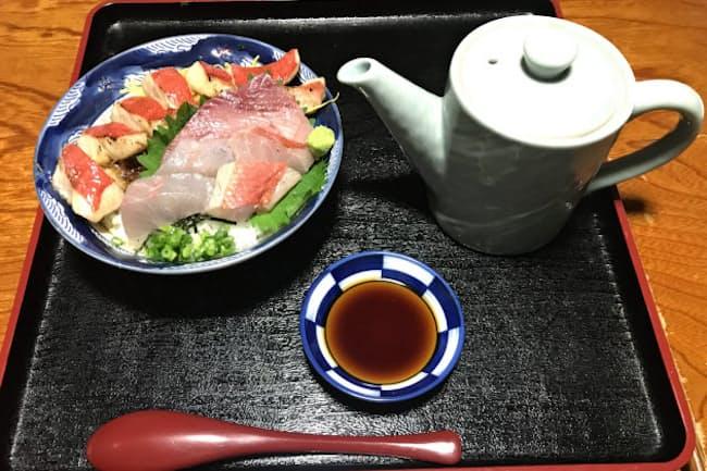 「料亭 花月」では最後にだし汁を注ぎ、お茶漬けのようにして食べる
