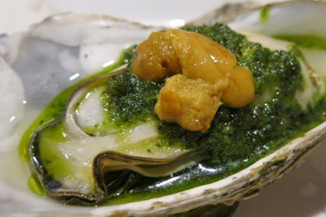 9月から店頭にテラス席を設けた東京・三鷹「分福(ぶんぶく)」では創作海鮮料理が楽しめる。写真は「生ウニと生牡蠣のブルゴーニュバター」