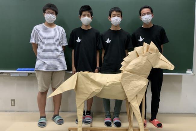 この馬は3.6メートル四方の紙を約1週間かけてみんなで折ったもの