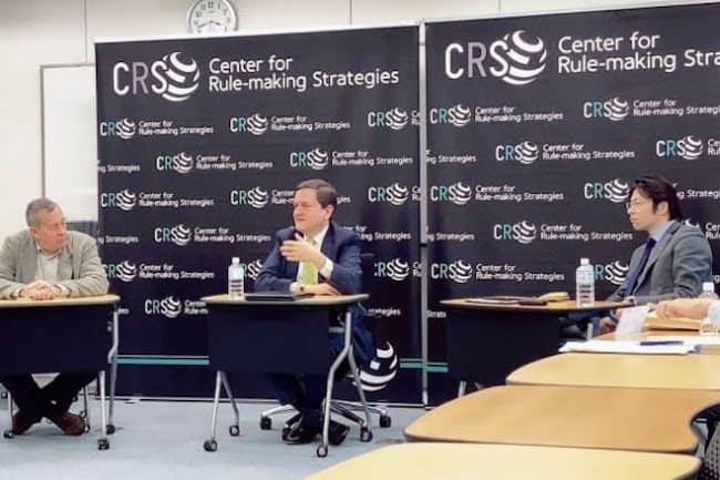 ESG投資にも経済安保の視点が必要に。国分俊史・多摩大大学院教授(右)と米シンクタンク「戦略国際問題研究所」(CSIS)のマシュー・グッドマン氏(中央)
