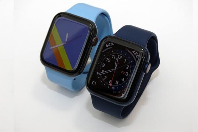 右手前が「Apple Watch Series 6」、左奥が「Apple Watch SE」。ケースサイズはともに44ミリ