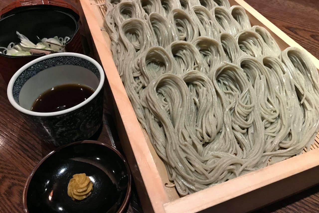 「手ぶり」と呼ぶ1口サイズで盛り付ける(新潟県十日町市の「小嶋屋総本店」)