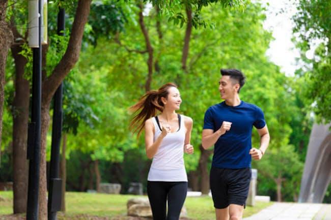 ガイドラインが推奨するレベルの運動を実践している人は、していない人に比べて死亡リスクが40%も低いことが明らかに。(C) wang Tom-123RF