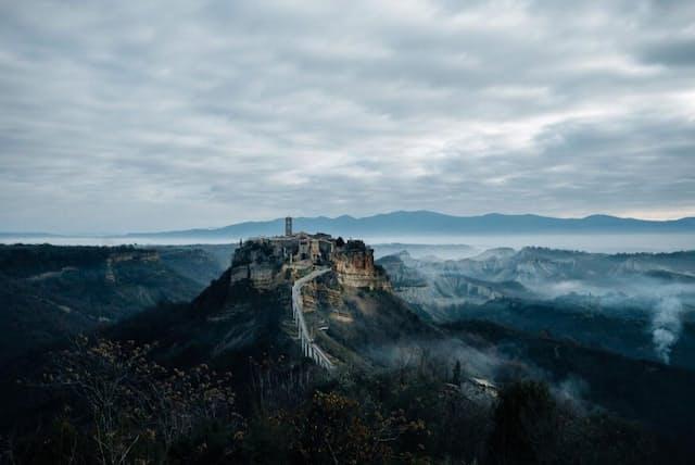 イタリアのチビタ・ディ・バーニョレージョ(以下、チビタ)は、消えつつある集落だ。街がたつ台地は毎年7センチずつ峡谷へと崩れ、現在、生活する人はわずか7人だ。その一方で、2019年には100万人の観光客がこの町を訪れた(PHOTOGRAPH BY CAMILLA FERRARI)