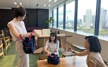 社員にエコバッグを配布し、環境意識の向上につなげる