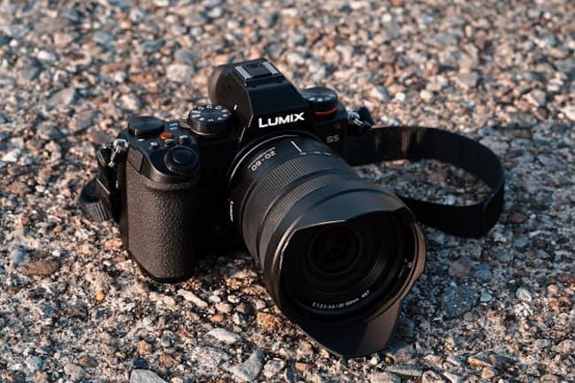 パナソニックのフルサイズミラーレス一眼カメラの新機種「LUMIX S5」。実売価格は25万円前後(ボディーのみ)