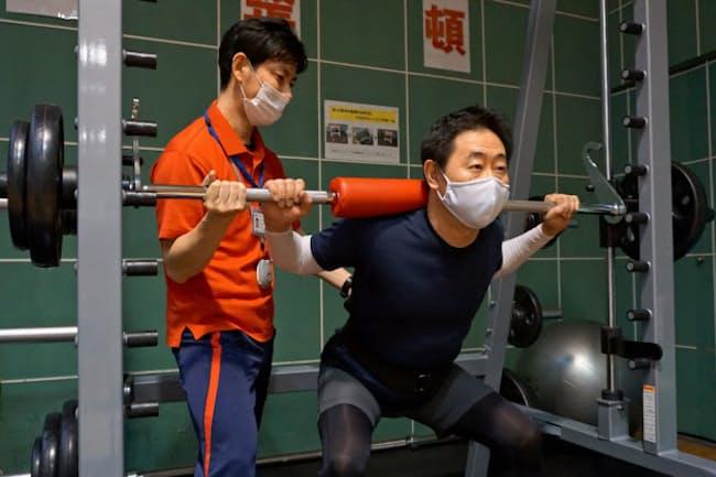 19年に愛知医科大学の「ペインキャンプ」に参加した水野さん(右)は、現在もプログラムに関わる医療スタッフの指導を受けながら運動を続けている