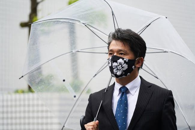 傘を肩に掛けると、後ろの人の視界をさえぎってしまう(写真はイメージ) =PIXTA