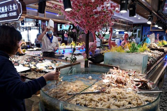 連城海産自助は好きな海鮮を選び、蒸し鍋にして食べる形式(10月、遼寧省大連市)