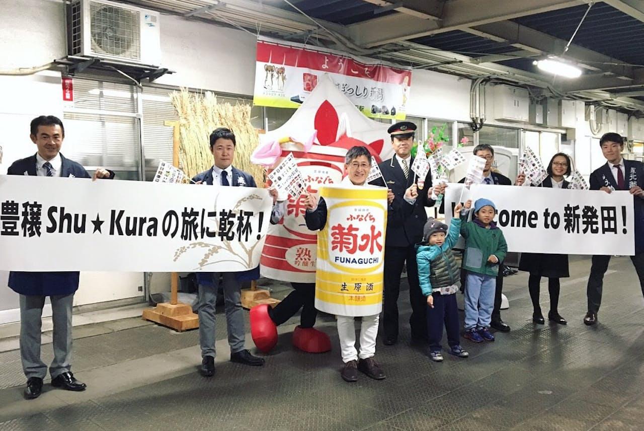 菊水のロゴ入り着ぐるみを着ている菊水酒造の高澤社長(中央)