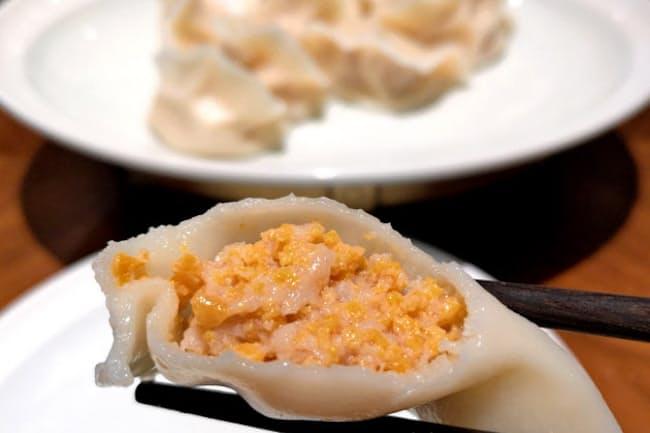 ウニギョーザは濃厚なウニのうまみが口に広がる(喜鼎海胆水餃)