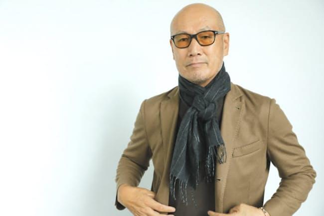 「巻き方をちょっと工夫するだけで、ぐんとすてきに見えるんです」と話すファッションディレクターの森岡弘さん