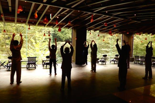 ストレッチや深呼吸などを組み込んだ「星野リゾート 界 川治」の現代湯治体操