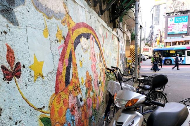 JR新宿駅北側のガード下に描かれたキリン