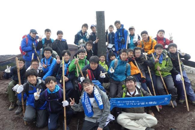 富士登山2度目にしてついに雪辱を果たした=西大和学園提供