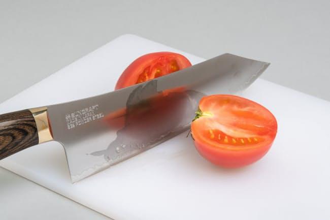 切れ味の良さはもちろん、ずっしりと重くて手ごたえのある包丁を紹介する。写真はサンクラフト「エレガンシア」。カットしたトマトの断面が美しい