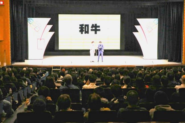 久々に埋まった客席を前に漫才を演じる和牛の二人(大阪市のなんばグランド花月)