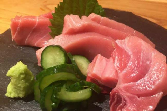 「銀座マグロ食堂魚金」の名物「マグロの刺身」、単品の「トロ」980円