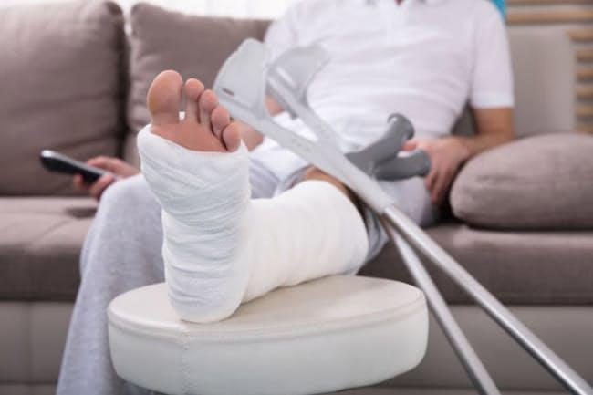 自粛明けにケガや足腰の痛みで整形外科を受診する人が増えているそうです。(C) Andriy Popov-123RF