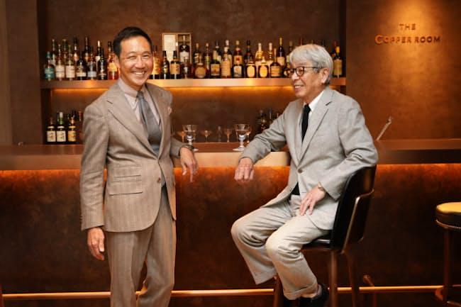 店内につくった鴨志田康人さん(左)こだわりのバー。「服を見て、ちょっとここで1杯。そんな楽しみを提案したいですね」と話す。右は石津祥介さん(東京・港のポール・スチュアート青山本店)