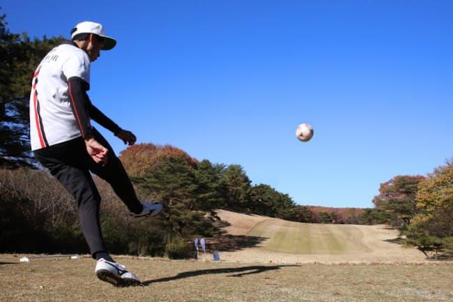 壮大なパノラマの中で思い切り蹴る爽快感は、ほかのスポーツではなかなか味わえない。ゴルフ場はゴルファーのためだけにあるのではないのかもしれない(11月14日、栃木県那須町の那須国際カントリークラブ)