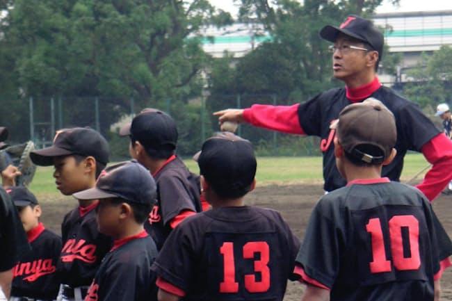 息子の存在をきっかけに地域活動デビュー。少年野球のコーチ(写真)やPTA会長として飛び回る日々を過ごした