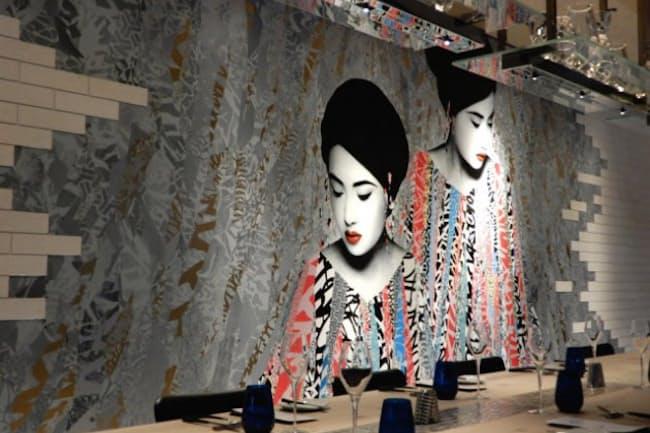 アロフト東京銀座のオールデイダイニングは、英国人アーティストによる壁一面のアートが目を引く