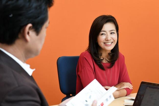 元アナウンサーで弁護士の菊間千乃さん(写真右)と法政大の田中教授(同左)