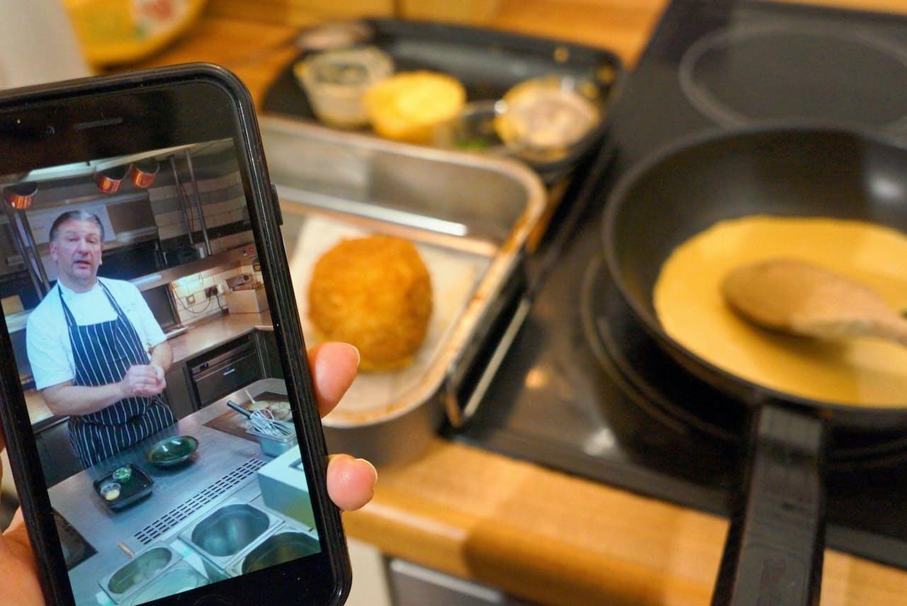 レストランの厨房から動画で調理方法を説明するジェフ・ギャルビンさん