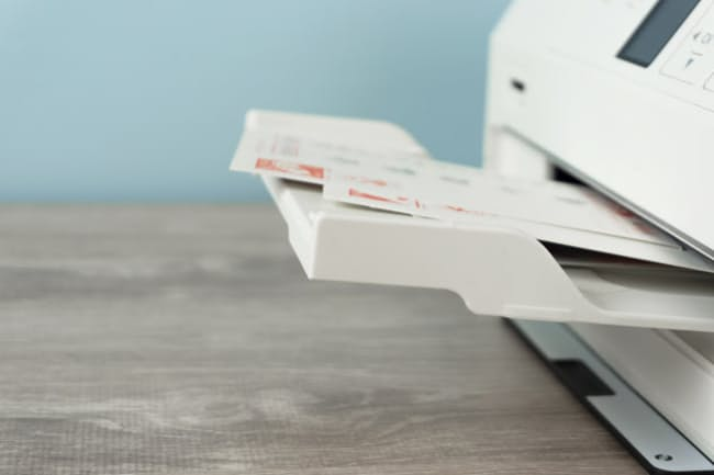 年末は年賀状印刷に利用する人も多い(写真はイメージ=PIXTA)