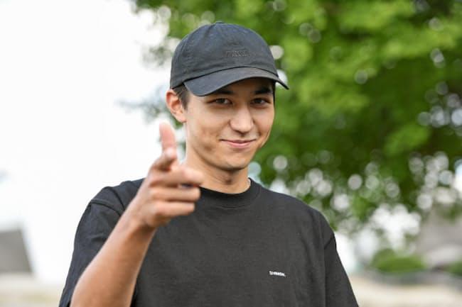 自身の名にちなんだアパレルブランド「SHIMON.」も展開している学生スケーター&ユーチューバーの岩澤史文さん