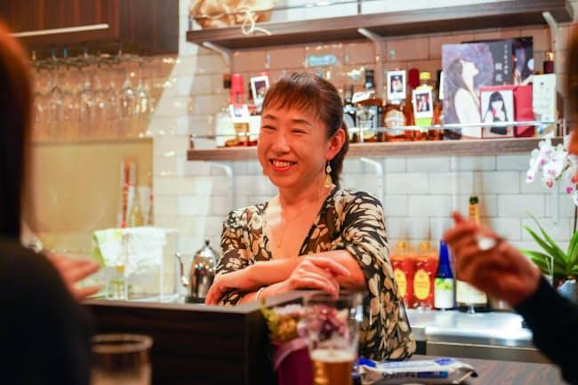 紫乃ママの「昼スナックひきだし」には、有給を取って足を運ぶ客も多数いる