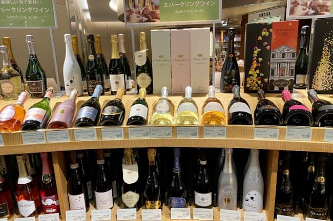クリスマスを前に各国のスパークリングワインが並ぶ「エノテカGINZA SIX店」