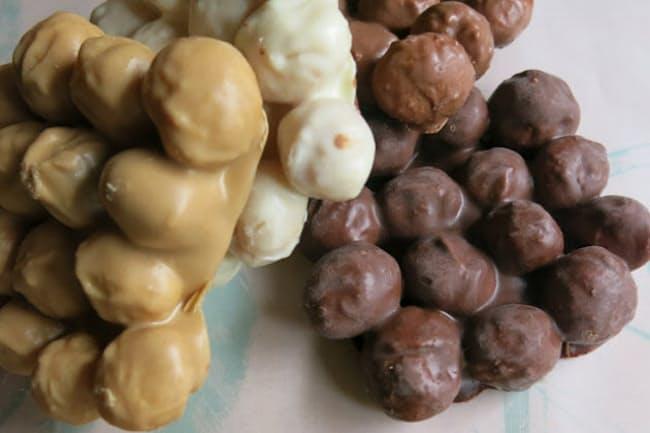 大人気を呼ぶザ・カハラ・ホテル&リゾート 横浜の「マカダミアナッツチョコレート」。全4種類で左から右へ、ブロンド、ホワイト、ミルク、ダークチョコレート。4種の詰め合わせが6500円。単品は各2800円。いずれも税込み