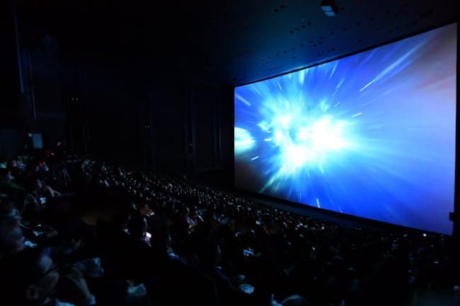 6階建てビルと同じ高さがあるIMAXシアターのスクリーン(2019年、東京都豊島区のグランドシネマサンシャイン)