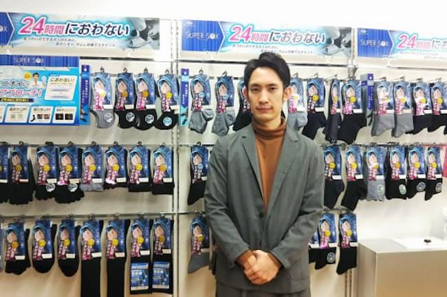 「SUPER SOX」の販売戦略を練る岡本のマーケティング担当 青柳一輝氏