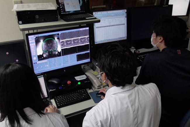 MRガイド下集束超音波治療を実施する医師ら=大阪大学病院提供