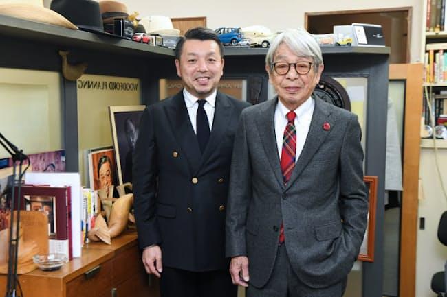タイドアップしたスタイルで並ぶ石津祥介さん(右)と塁さん。チェック柄のネクタイをスーツに合わせて遊ぶ