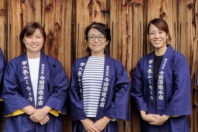 BBC「今年の100人の女性」に選ばれた今田酒造本店の今田美穂さん(中央)
